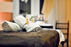 ręczniki na łóżku do masażu